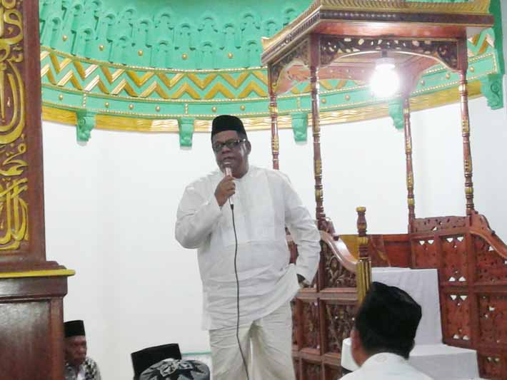 Bupati Fakfak, Muhammad Uswanas sholat tarawih di Masjid Jami' Kota