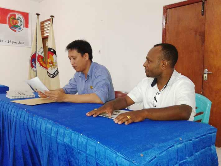 Ketua dan anggota KPU menerima hasil penilaian dewan juri