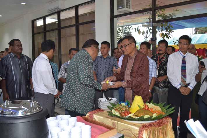 Dirut Pelindo IV menyerahkan potongan tumpeng kepada Bupati Fakfak