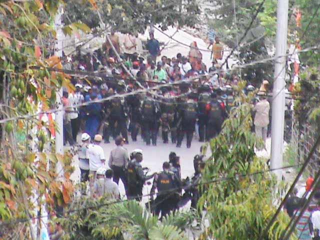 Massa pendukung Donma di Kantor KPU Fakfak