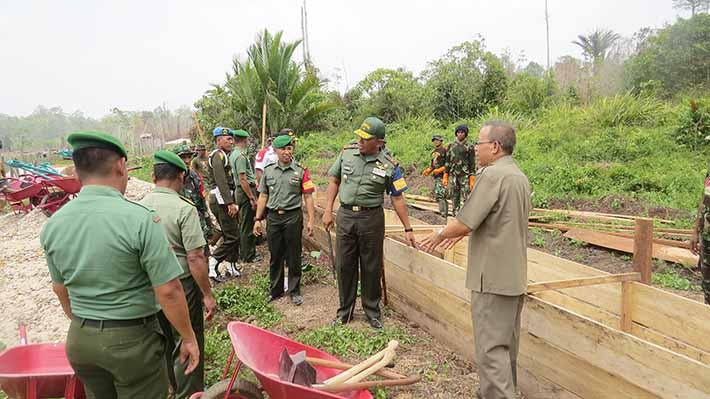 Danrem 171/PVT Brigjen TNI Purnawan Widi Andaru meninjau lokasi pembangunan saluran irigasi