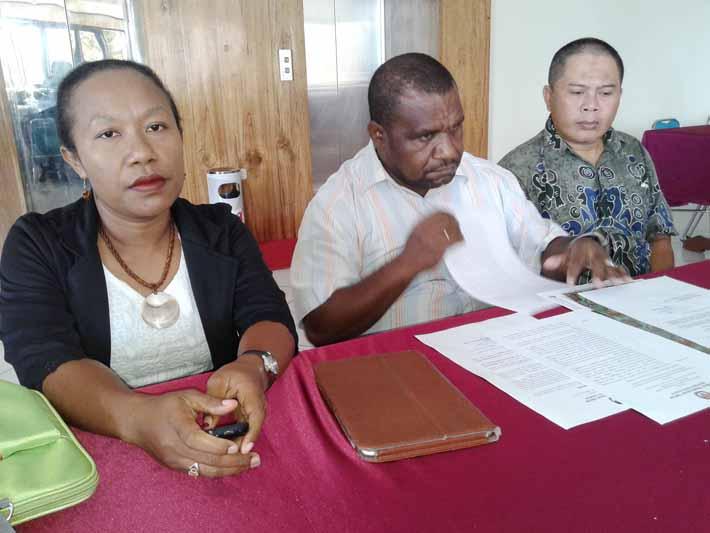Komisioner KPU Provinsi Papua Barat saat menggelar konferensi pers