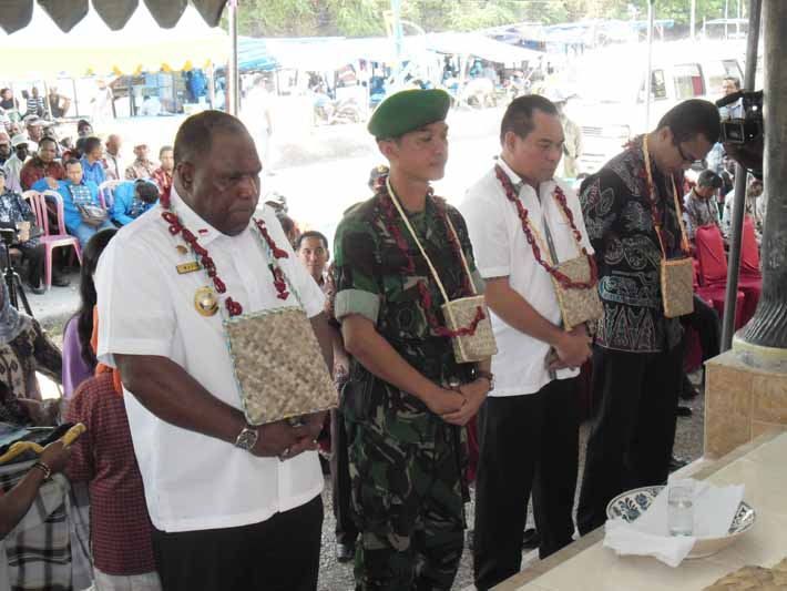 Pengakuan 6 pejabat Fakfak sebagai masyarakat adat Mbaham Matta oleh Dewan Adat