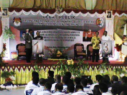 Suasana debat publik kandidat Bupati/Wabup Fakfak di GOR Krapangit Gewab
