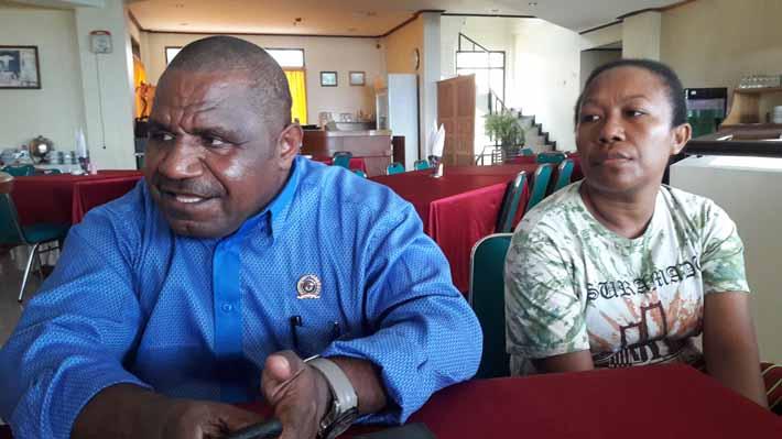 KPU Provinsi Papua Barat, Amus Atkana, didampingi Plt. Ketua KPU Fakfak, Christine