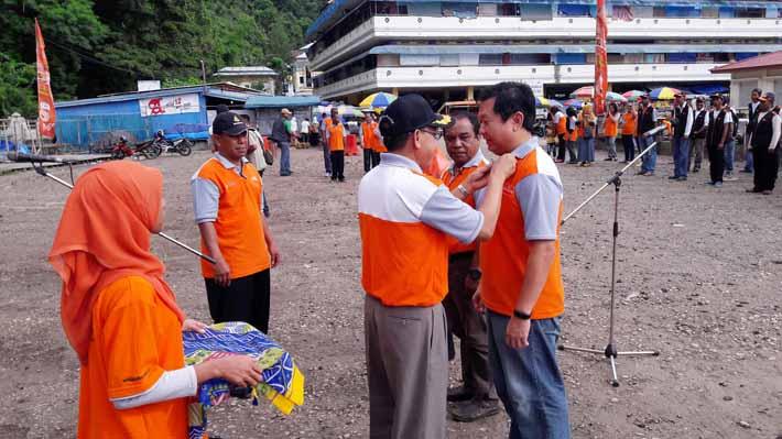 Plt Sekda Fakfak, H. Nasrun P Elake menyematkan pin kepada perwakailan masyarakat