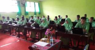 Suasana Ujian Nasional Berbasis Komputer di SMK Yapis Fakfak