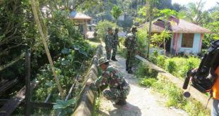 Personil Kodim 1706/Fakfak dibantu warga membersihkan lokasi TMMD ke 97