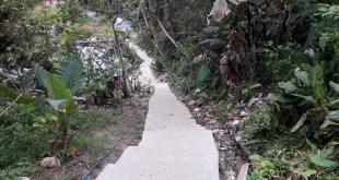 Jalan cor sepanjang 300 meter ini hampir rampung