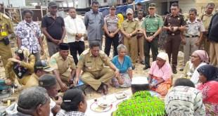 Ritual adat memulai peletakan batu pertama pembangunan gedung DPRD Kabupaten Fakfak