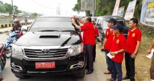 Kajari Fakfak menempelkan sticker anti korupsi di salah satu mobil pemerintah