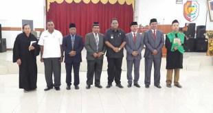 Bupati berpose bersama pejabat yang baru dilantik.
