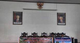 Foto presiden dan wakil presiden tanpa warna putih di ruang sidang DPRD Kabupaten Fakfak
