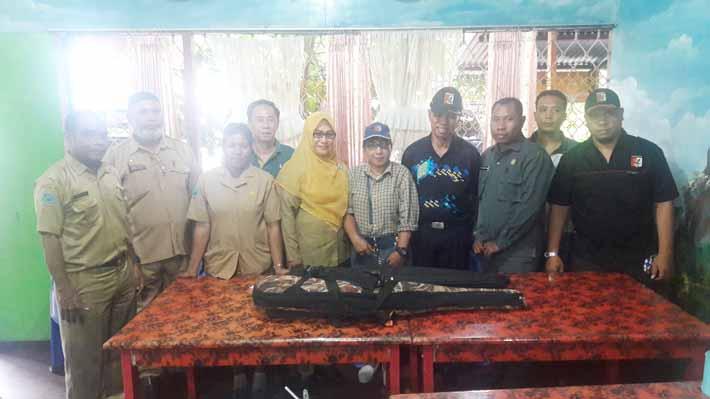 Brigjen TNI (Purn) Frans Dewana (keempat dari kanan) pose bersama pengurus dan anggota Perbakin Fakfak