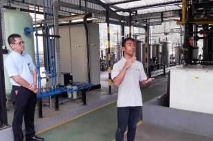Exl sedang menjelaskan fungsi peralatan didampingi Dika Yuana, Skill Center Interface Manager BP