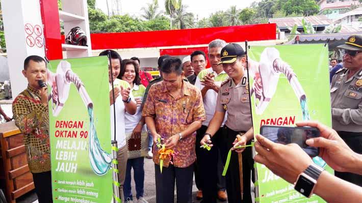 Candra Dion Sidabariba, Sales Eksekutif Retail Pertamina Provinsi Papua Barat memnandai peluncuran pertalite di Fakfak