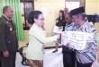 Emma Huwae, Ketua Adhyaksa Dharmakarini Daerah Fakfak menyerahkan tali asih kepada Purnaja