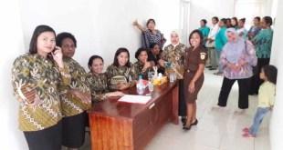 Ibu-ibu yang antri mengikuti pemeriksaan IVA