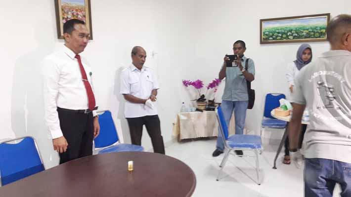 Ketua Pengadilan Negeri Fakfak, Heru Hanindyo, SH. SE. MH. LLM. sesaat usai menyerahkan urine untuk diperiksa (foto: dok admin)