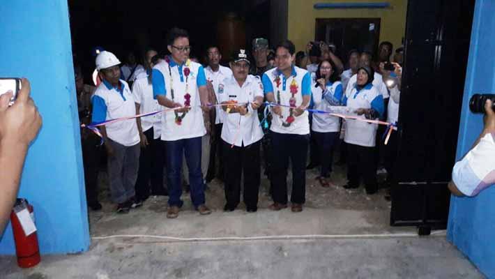 Wakil Bupati Fakfak, Abaraham Sopaheluwakan menggunting pita ruang genset didampingi Manager Area Sorong dan Manager SDM dan Administrasi Wilayah Papua dan Papua Barat
