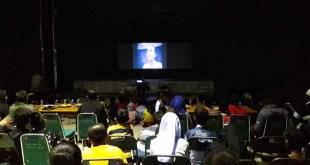 Ratusan orang nonton bareng film G30S/PKI bersama Kodim 1706/Fakfak di lapangan Basket