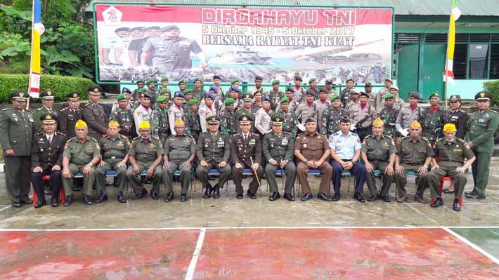 Foto bersama usai upacara memperingati HUT TNI ke 72 di Makodim 1706 Fakfak