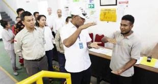 Wakil Gubernur Papua Barat, Mohammad Lakotani berinteraksi dengan salah satu peserta magang di Ciloto