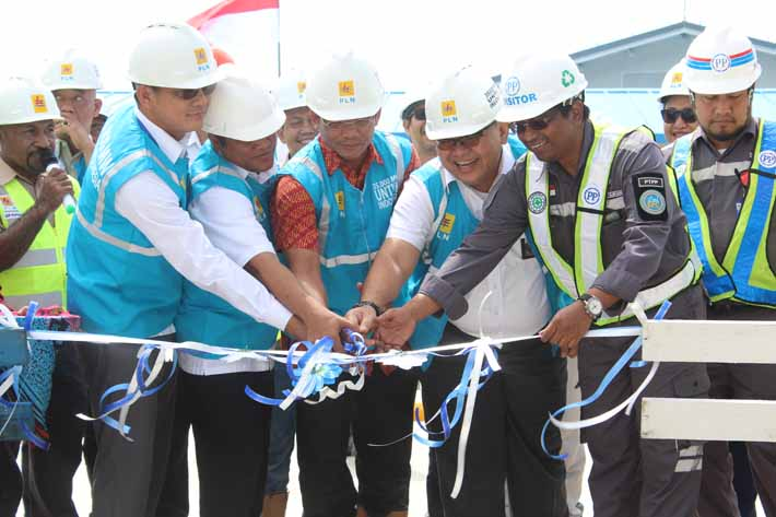 Gunting Pita PLTMG MPP Jayapura oleh Direktur Bisnis Regional Maluku-Papua