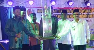 Penyerahan trophy bergilir Bupati Fakfak yang akan diperebutkan dalam MTQ VIII tahun 2017 ini