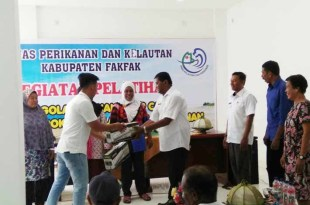 Saleh Lie, SE. M.Si., Staf Ahli Bupati menyerahkan bantuan alat vakum siler, untuk pengawetan ikan asap cair