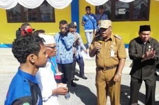 Bupati Fakfak, Drs. Muhammad Uswanas, M.Si. didampingi Kepala Dinas PUPR, menyerahkan kunci masjid, rumah dan asrama mahasiswa