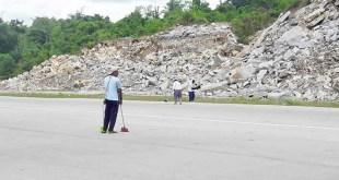 Landasan pacu Bandara Torea Fakfak, dibersihan manual dengan sapu