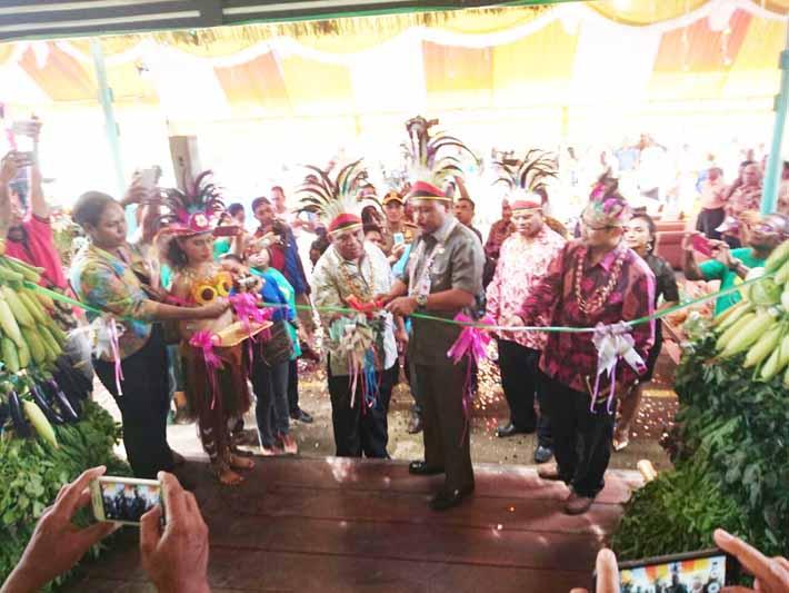 Bupati Teluk Bintuni, Petrus Kasihiw meresmikan beroperasinya SUBITU Mart