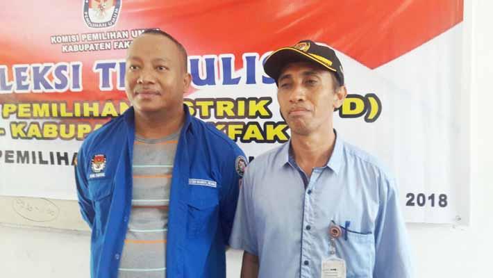 Novi S Hiariey, S.E. komisioner KPU Fakfak (kanan) didampingi staf sekretariat KPU Fakfak