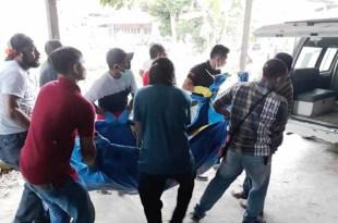 Korban yang diduga dibunuh, dibawa ke RSUD Fakfak untuk divisum