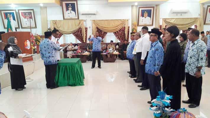 Bupati Fakfak, Drs. Mohammad Uswanas, M.Si. melantik 5 pengurus organisasi