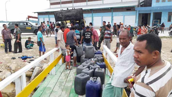 Kodim 1706/Fakfak membongkar gudang miras berisi 12.320 liter.