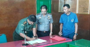 Penandatanganan berkas penyerahan miras kepada kepolisian