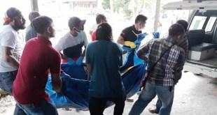 Jenazah korban, Sudiana, ketika akan dibawa ke RSUD Fakfak.