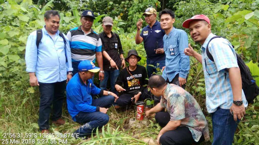 Tim Kementerian Perhubungan di lokasi titik-titik runway Bandara Siboru