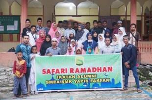 Alumni, dewan guru dan OSIS SMK Yapis Fakfak, usai menyerahkan bingkisan Ramadhan di Pesantren Hidayatulloh Fakfak
