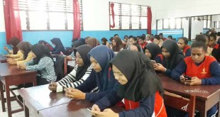 Suasana uji coba ujian berbasis HP android di SMK Yapis Fakfak