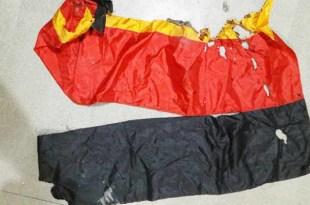 Bendera Jerman yang terobek dan terbakar
