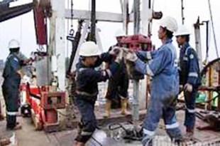 Pekerjaan di area pengeboran minyak (ilustrasi)