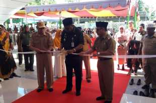 Bupati Fakfak didampingi Wakil Bupati dan Sekretaris Daerah, menggunting pita tanda peresmian Masjid Agung Baitul Makmur Fakfak