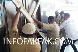 Pembukaan palang Gedung Sidang paripurna DPRD Kabupaten Fakfak, siang tadi (6/8).