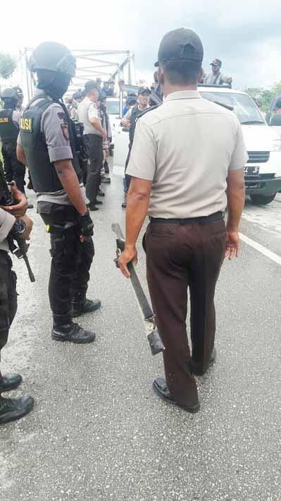 Aparat gabungan mengamankan puluhan sajam saat sweeping di jembatan SP 3 Bomberay