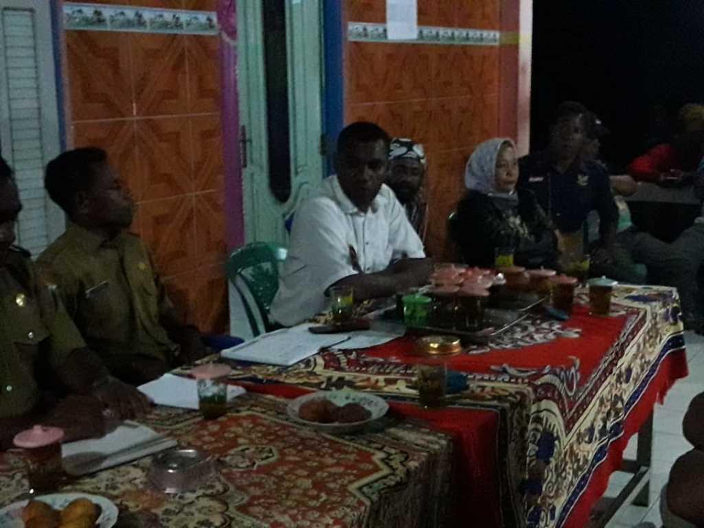 Suasana pertemuan membahas pencaplokan tanah adat pada Selasa (31/7) malam