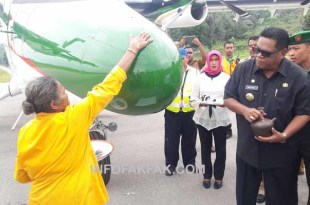 Bupati Fakfak, Mohammad Uswanas meresmikan pengoperasian pesawat perintik milik Rimbun Air