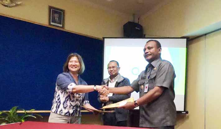Bupati Teluk Bintuni, Petrus Kasihiw dan Desy Unidjaja, Vice President of Communications and External Affairs BP Indonesia